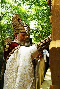 Гарегин II освящает семь хачкаров с буквами названия монастыря Сурб Хач в Крыму 29 июля 2008 года.