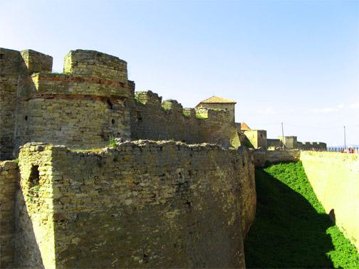 Крепость окружает ров шириной 14 и глубиной до 20 м