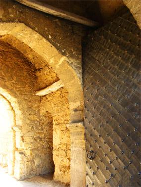 Главные ворота делались на века: балкам из мореного дуба уже более 500 лет