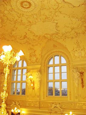 Оформление стен и потолков в коридорах театра