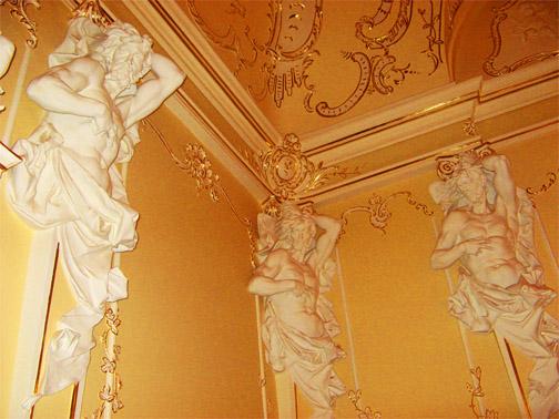 Разные cкульптуры на стенах