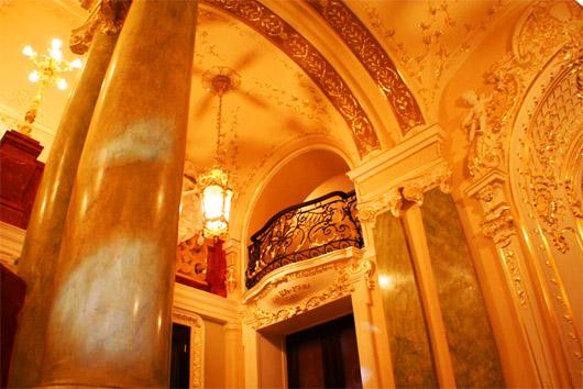 Мраморные колонны и ажурный балкончик
