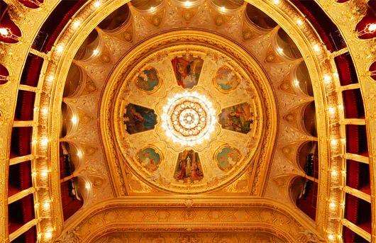 Потолок с люсторой в центре