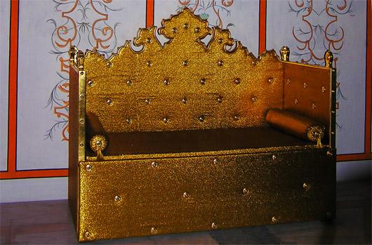 Зал Дивана. Золотой диван