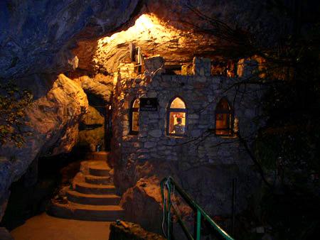 Инсценированное древнее святилище у входа в пещеру