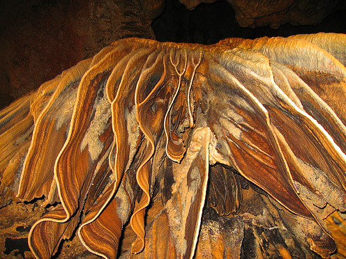 Подземные украшения на стенах в Красных пещерах