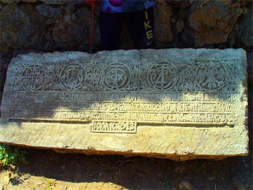 урочище Демерджи, в  средневековой крепости Фуна. Камень с символикой князей Феодоро