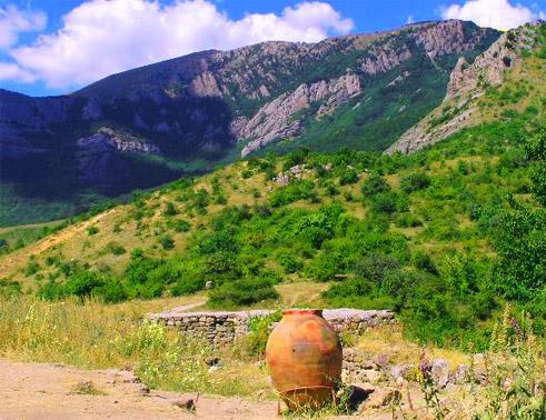 урочище Демерджи. Пифос, найденный в  средневековой крепости Фуна