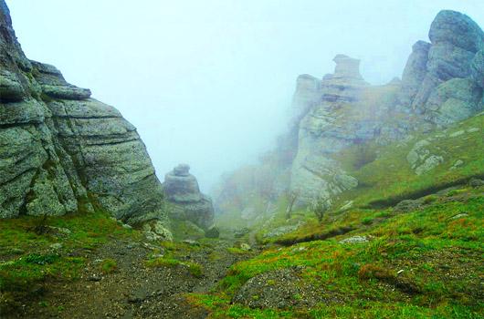урочище Демерджи, долина приведений Демерджи в таинственном тумане