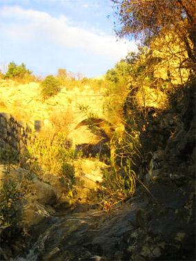 начало старой Календской тропы - этой аркой начинается мощеная римская дорога-серпантин от моря к перевалам