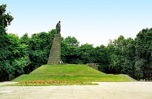 Каневский природный заповедник . Каневские горы. Могила Т. Г. Шевченко