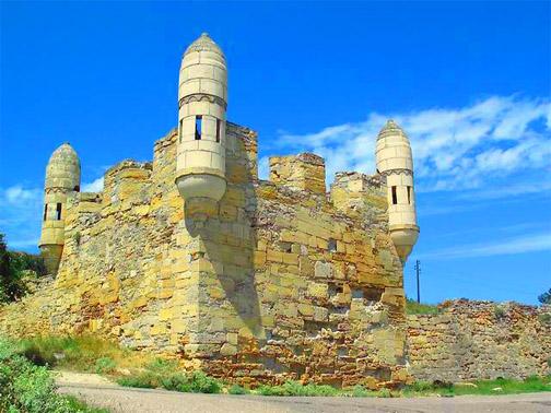Крепость Ени-Кале. Въездные ворота, к которым приходит дорога из Керчи, и бастион. Симпатичные башенки по углам были сооружены относительно недавно при попытках реставрации крепости