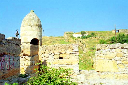 Турецкая крепость Ени-Кале. От Керченских ворот вверх, вдоль крепостной стены, идет тропинка, по которой можно подняться на самый верх горы - к северной стене крепости. Оттуда открывается замечательный вид не только на всю территорию крепости, но и на Керченский пролив