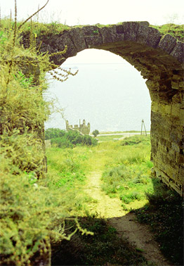 Турецкая крепость Ени-Кале на Керченском полуострове. Сквозь арку, далеко внизу, виден бастион у Керченских ворот