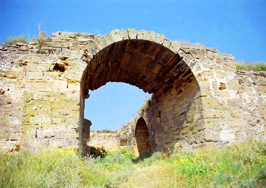 Турецкая крепость Ени-Кале на Керченском полуострове. Арка Джанкойских ворот, вид изнутри крепости