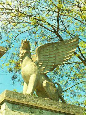 Скульптуры грифонов, украшающих лестницу на гору Митридат