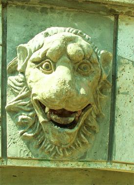 Скульптуры, украшающие лестницу на гору Митридат