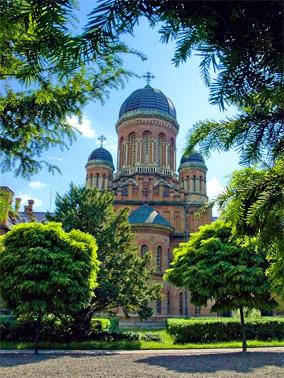 Вид на Церковь Трех Святителей из ботанического сада