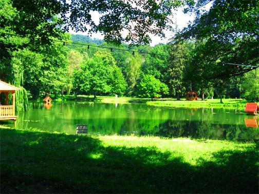 Озеро в парке замка Шенборна
