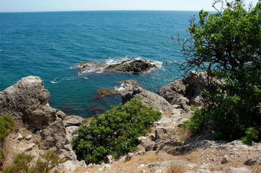 Мыс Сарыч. Скалы у берега
