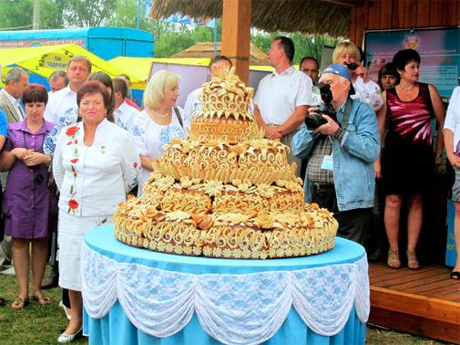 Национальная Сорочинская ярмарка в Великих Сорочинцах. 250-килограммовый каравай диаметром один метр, испеченный из пшеницы, выращенной в Полтавской области
