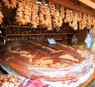 Национальная Сорочинская ярмарка в Великих Сорочинцах. Специально на праздник был испечен каравай в виде одногривенной монеты весом в 320 килограммов