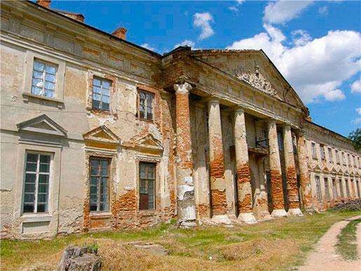 Обветшавший фасад дворца Потоцких