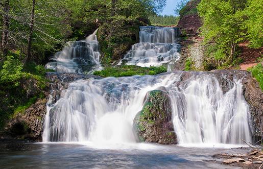 Джуринский водопад у руин Червоноградского замка