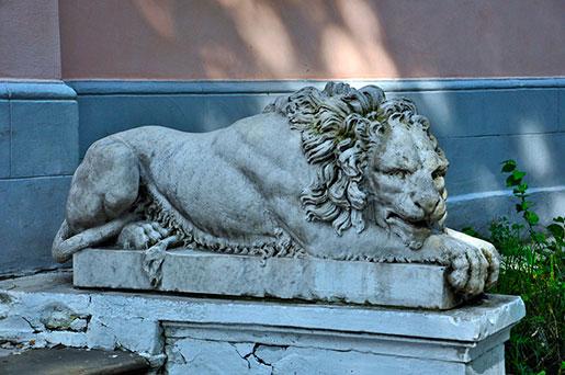 Лев у входа в усадьбу
