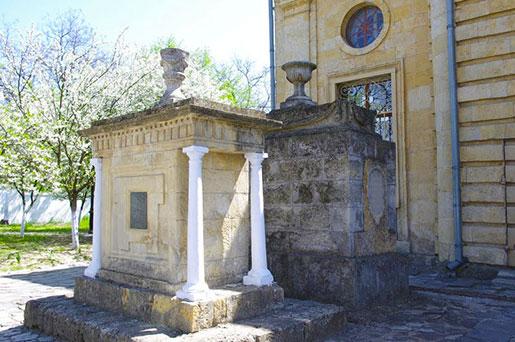 Надгробия военноначальников, похороненных на территории собора